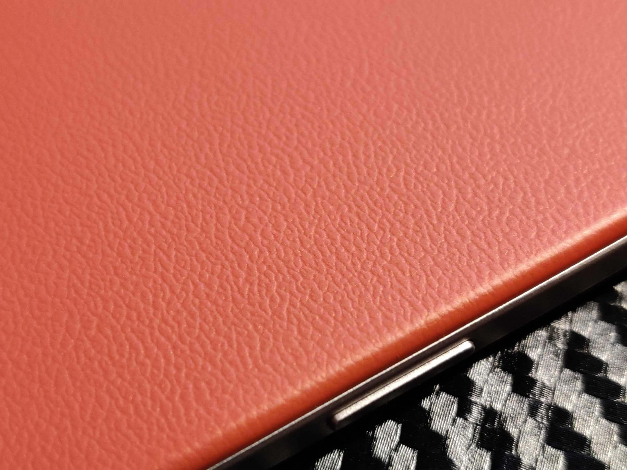OPPO A73の背面はプラスチックにレザー調のテクスチャ加工が施されている