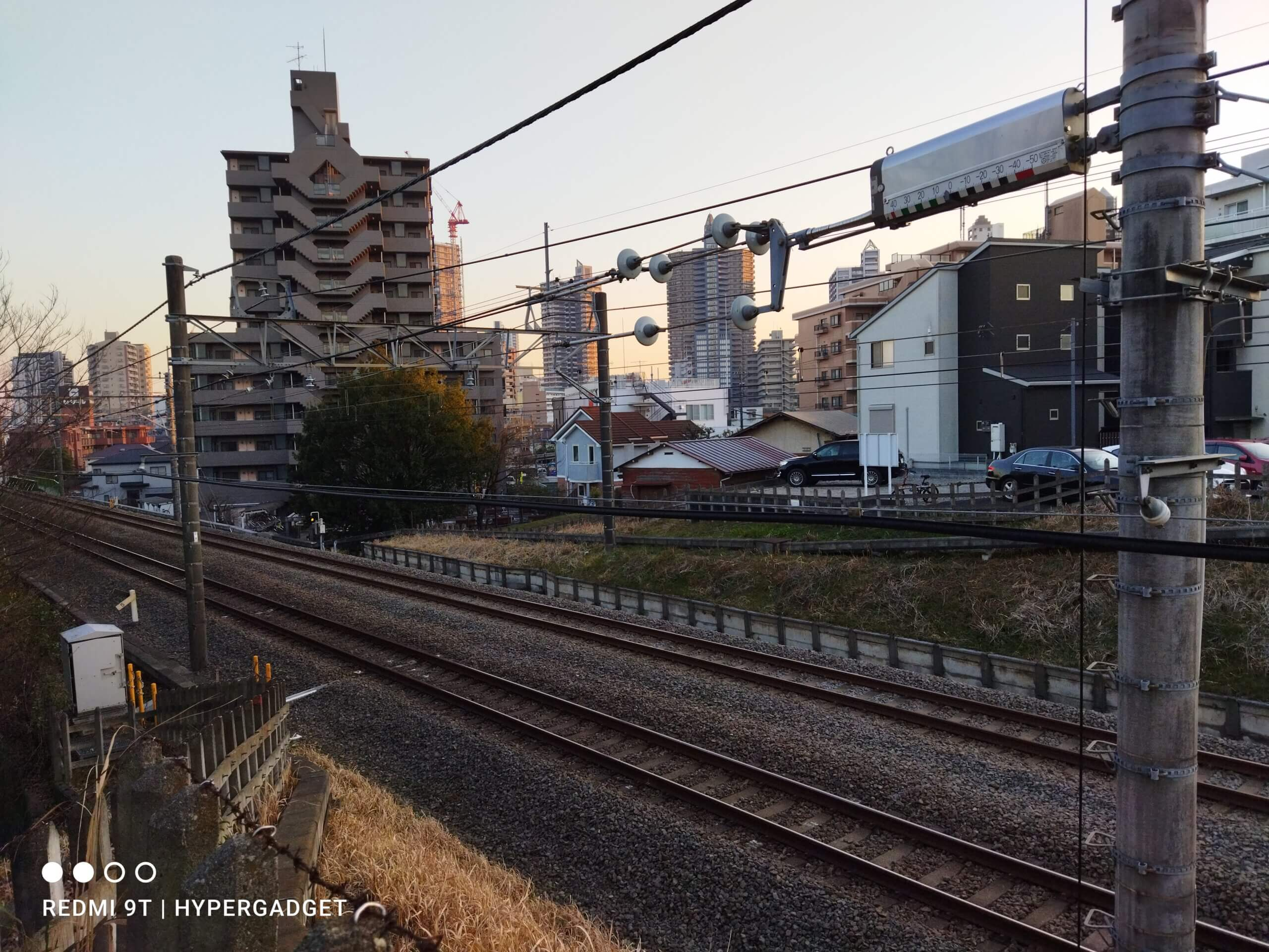 Xiaomi Redmi 9Tで撮影した鉄道と建物の写真