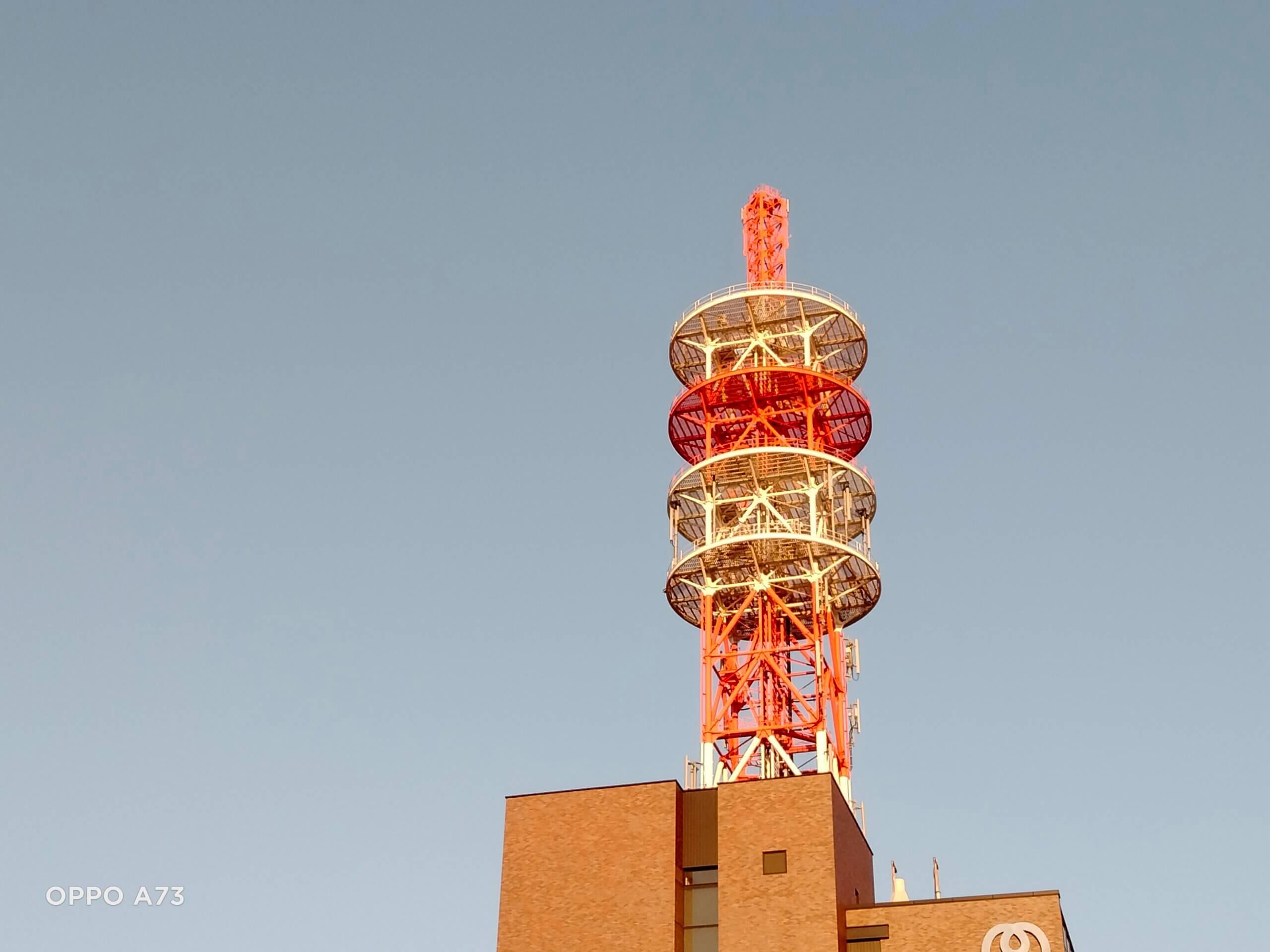 OPPO A73のデジタルズーム2倍で撮影した電波塔の画像
