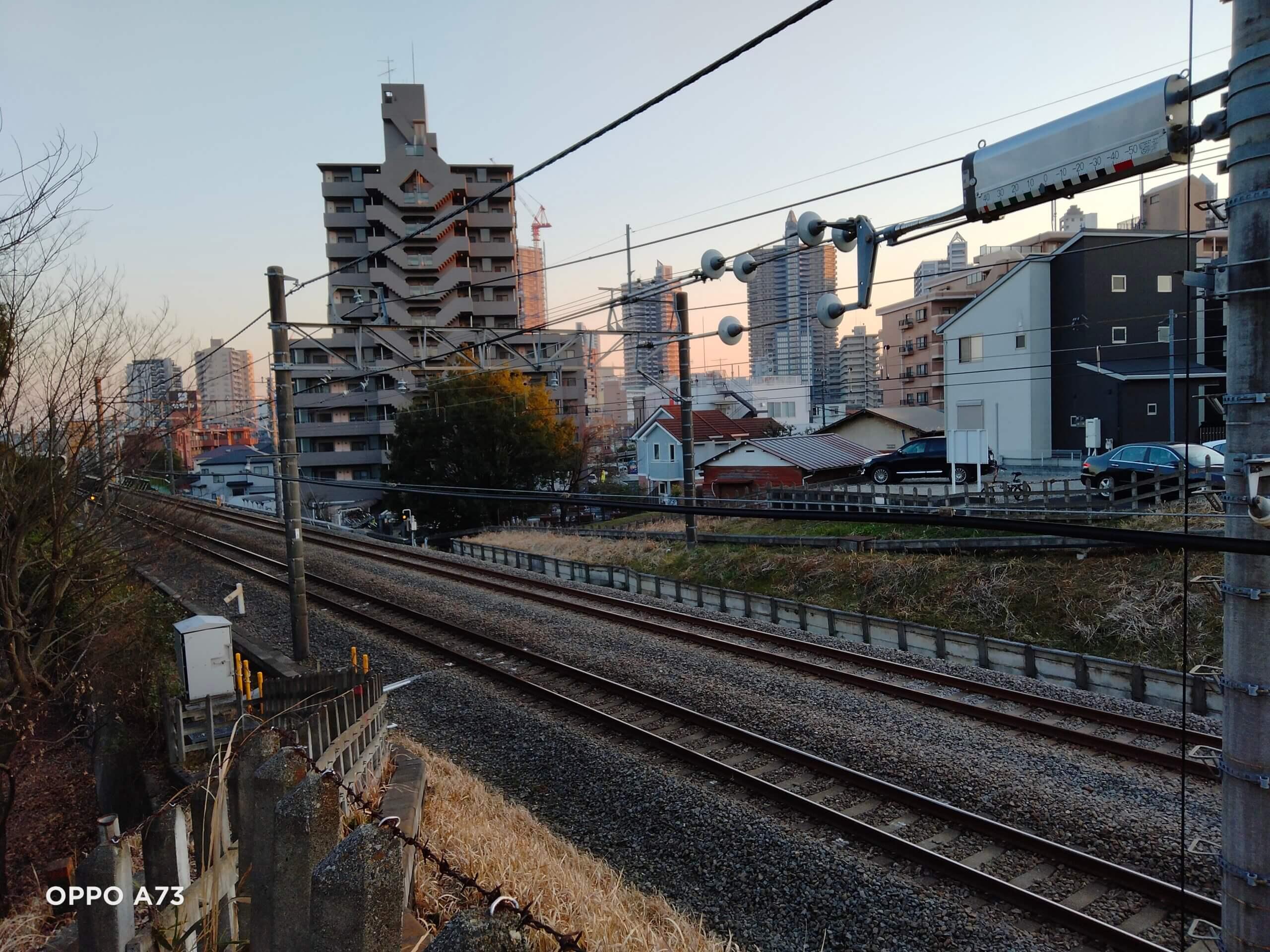 OPPO A73で撮影した鉄道と建物の写真
