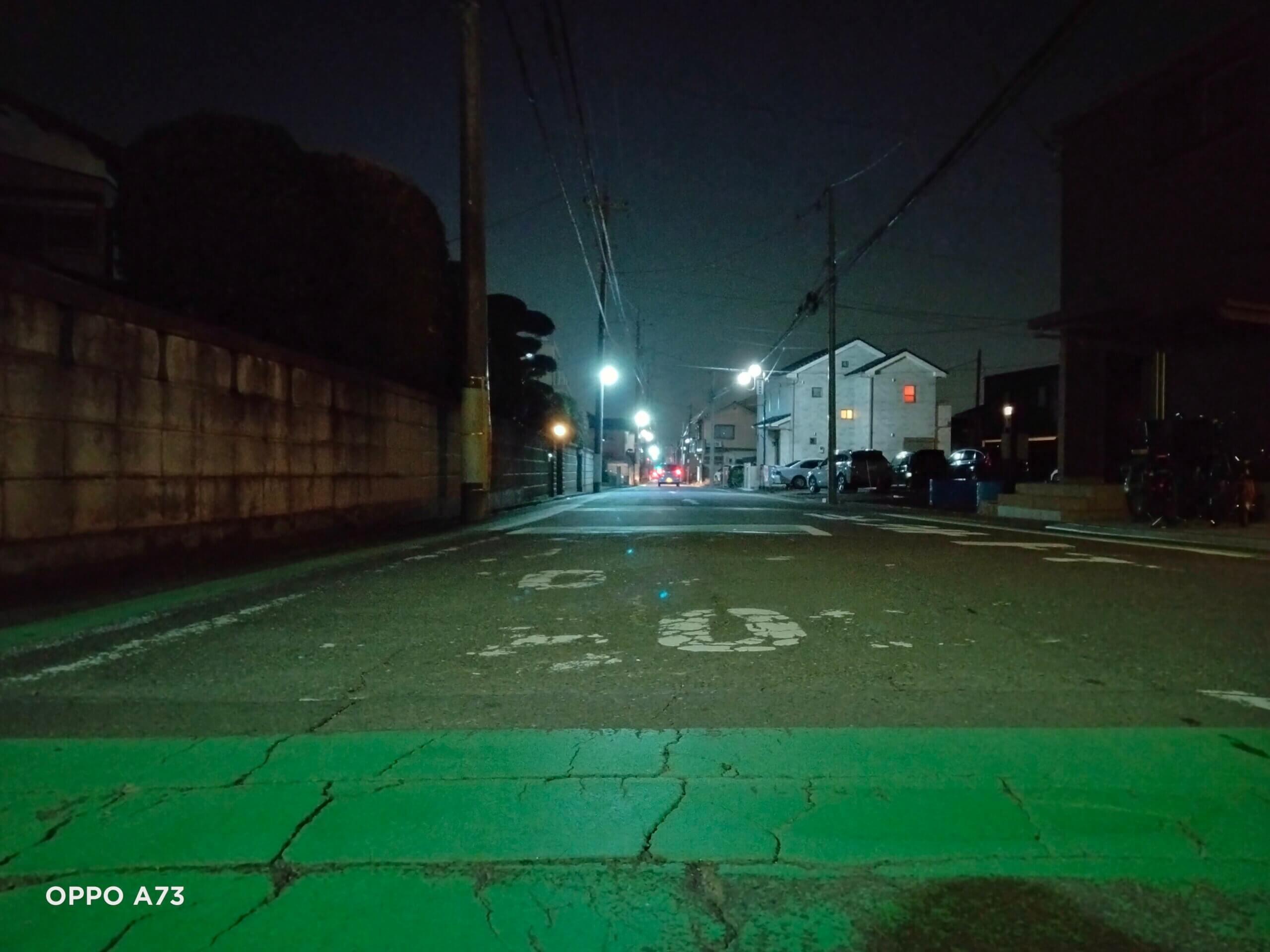 OPPO A73の夜景モードで撮影した町並みの写真