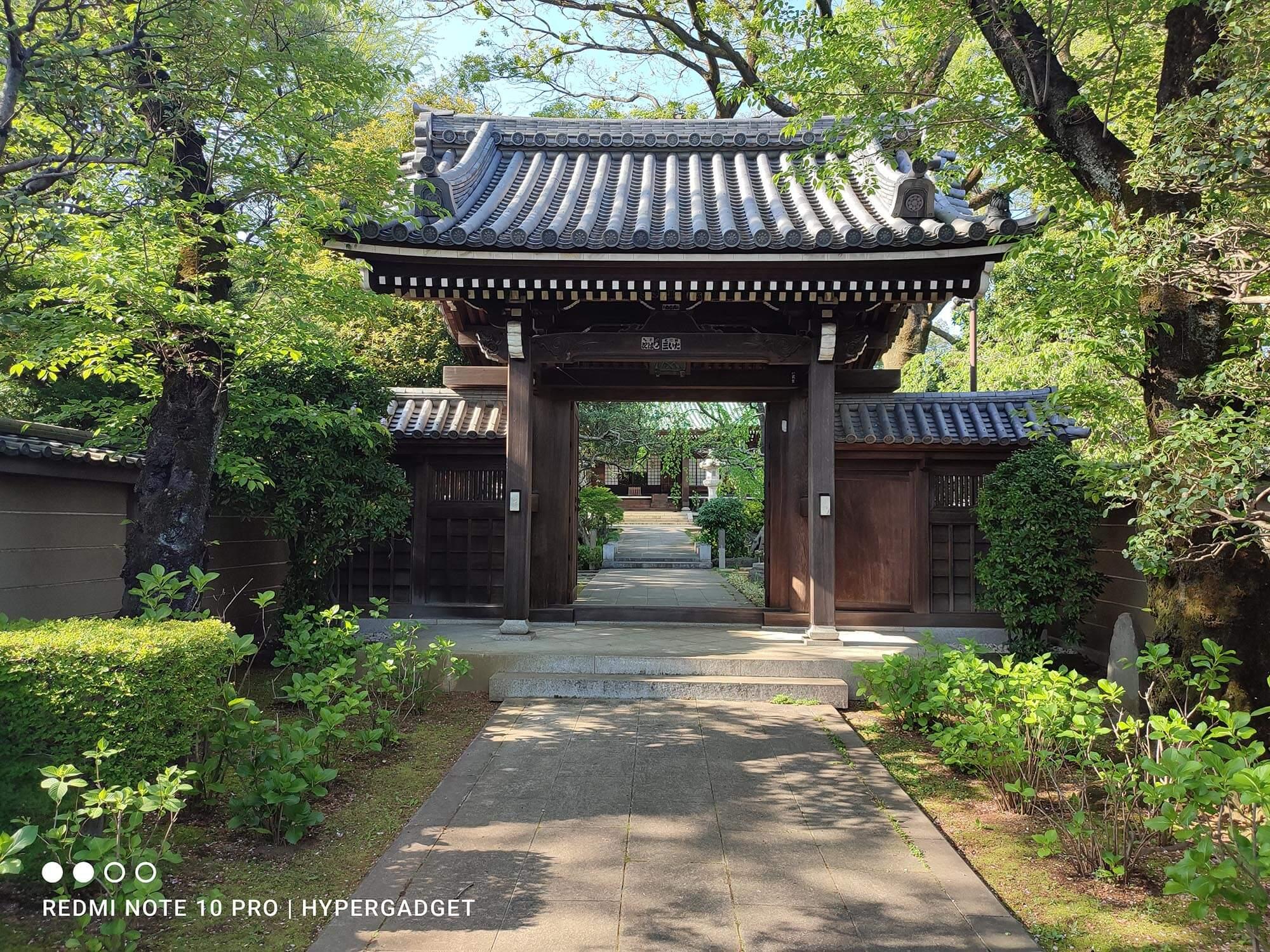 Redmi Note 10 Proで撮影したお寺の門の写真