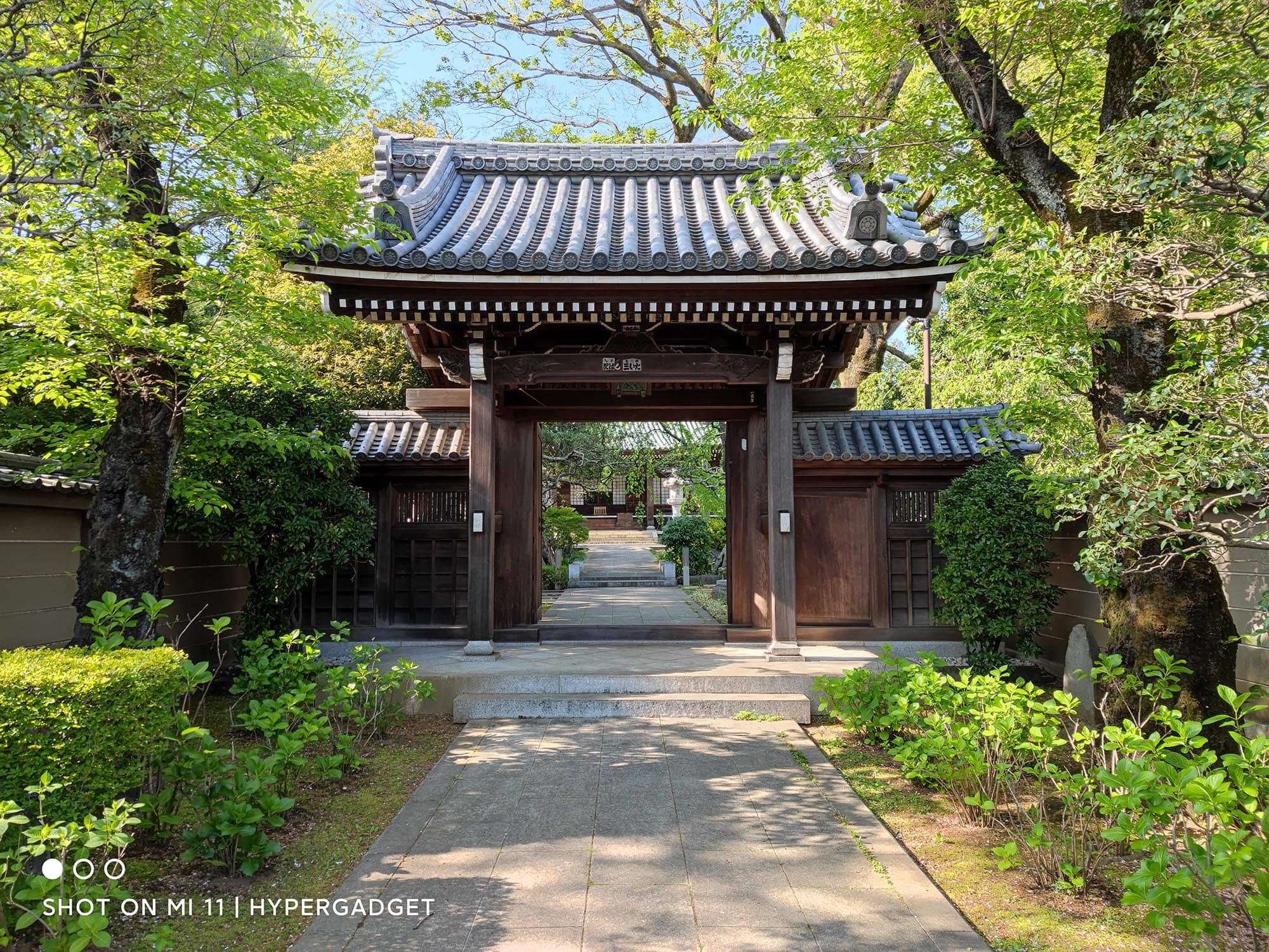 Mi 11で撮影したお寺の門の写真