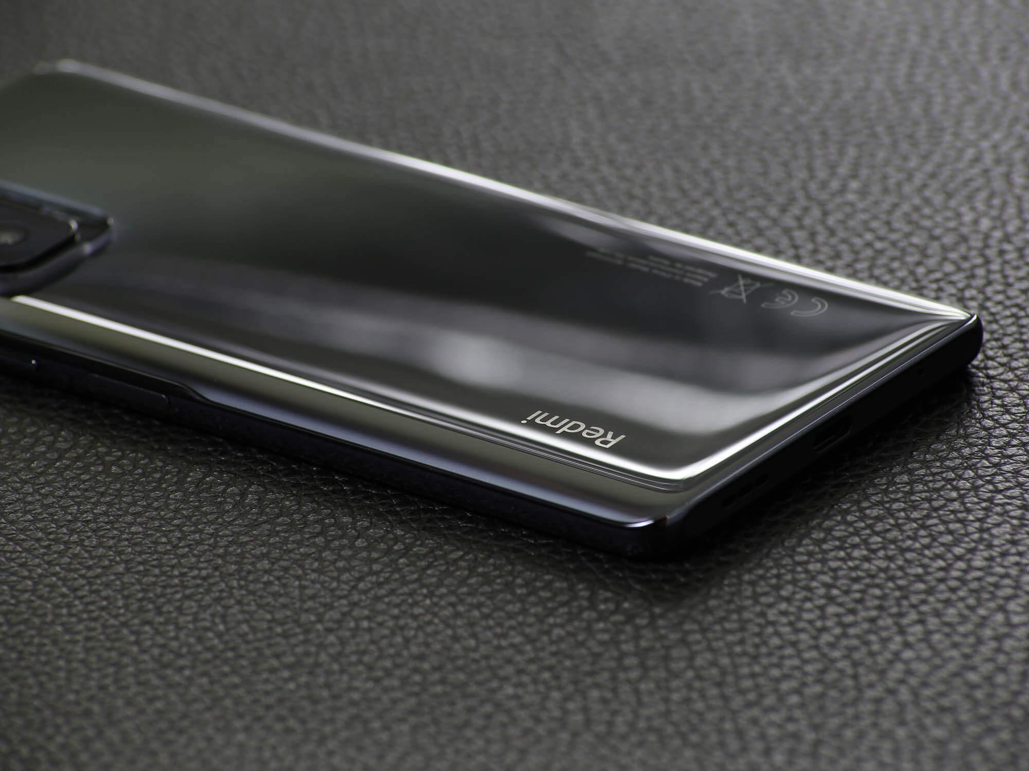 Redmi Note 10 Proは明るすぎない上品な鏡面仕上げ
