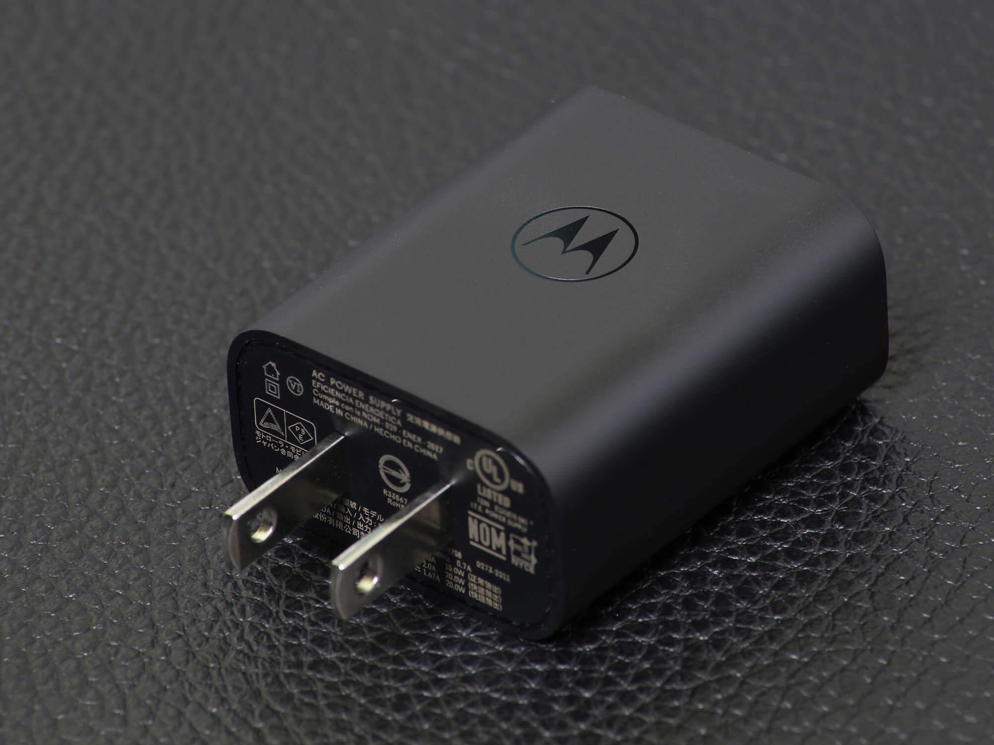 moto g30の付属充電器はMotorolaのロゴが刻印されていて見た目が良い