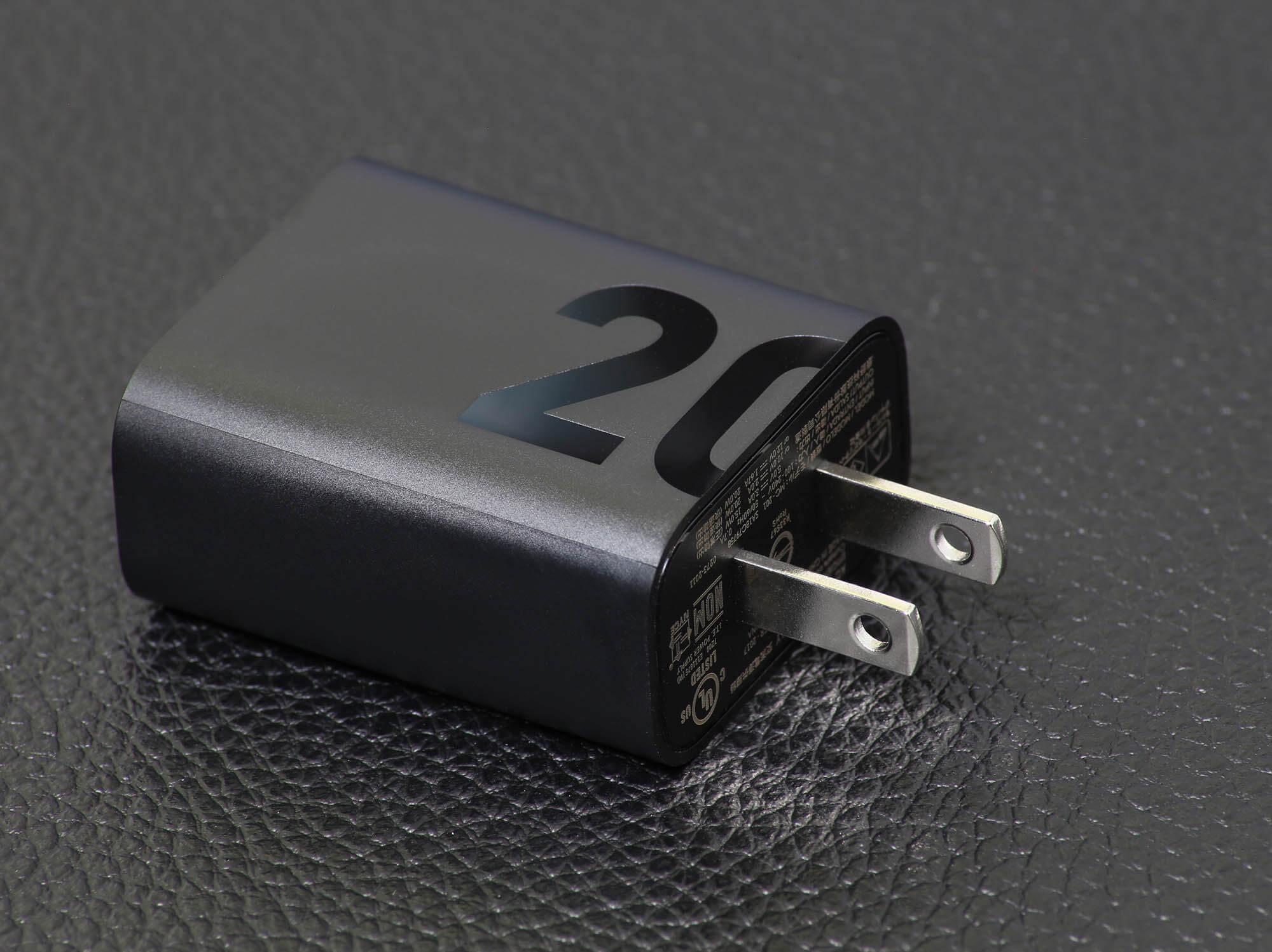 moto g30の充電器は最大出力地をデザインのモチーフとして使用